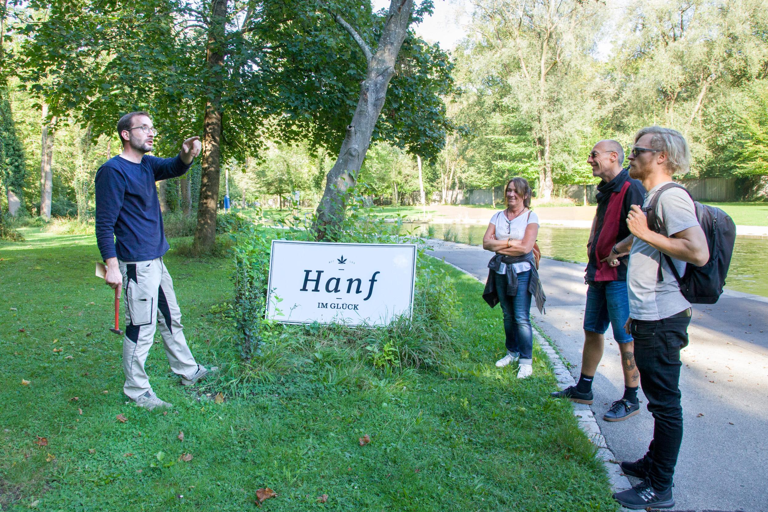 Naturbad Maria Einsiedel Baum 2 Gärtner erklärt Publikum