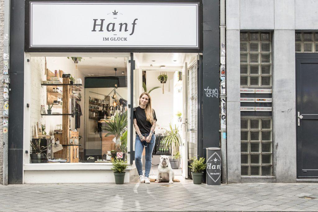 Hanf im Glück Maastricht Eingang mit Inhaberin Mandy und Hund